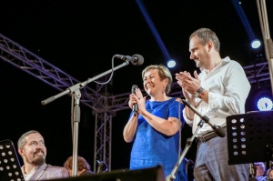 Tiguļkalnu Talsos piepilda skanīgs Raimonda Tigula brīvdabas koncerts 10