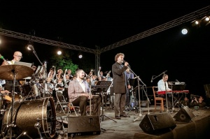 Tiguļkalnu Talsos piepilda skanīgs Raimonda Tigula brīvdabas koncerts 12