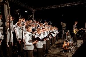 Tiguļkalnu Talsos piepilda skanīgs Raimonda Tigula brīvdabas koncerts 13