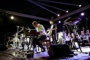 Tiguļkalnu Talsos piepilda skanīgs Raimonda Tigula brīvdabas koncerts 15