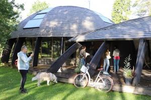 Māksliniecisks viesu nams kupolmāja «Ārpus laika» Salaspilī uzņem ceļotājus 3