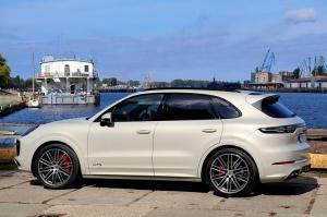 Travelnews.lv apceļo Rīgu ar jaudīgo un jauno «Porsche Cayenne GTS» 10
