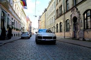 Travelnews.lv apceļo Rīgu ar jaudīgo un jauno «Porsche Cayenne GTS» 14