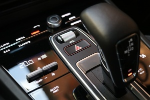 Travelnews.lv apceļo Rīgu ar jaudīgo un jauno «Porsche Cayenne GTS» 23
