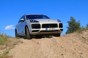 Travelnews.lv apceļo Rīgu ar jaudīgo un jauno «Porsche Cayenne GTS» 37