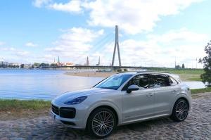 Travelnews.lv apceļo Rīgu ar jaudīgo un jauno «Porsche Cayenne GTS» 48