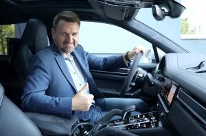 Travelnews.lv apceļo Rīgu ar jaudīgo un jauno «Porsche Cayenne GTS» 49