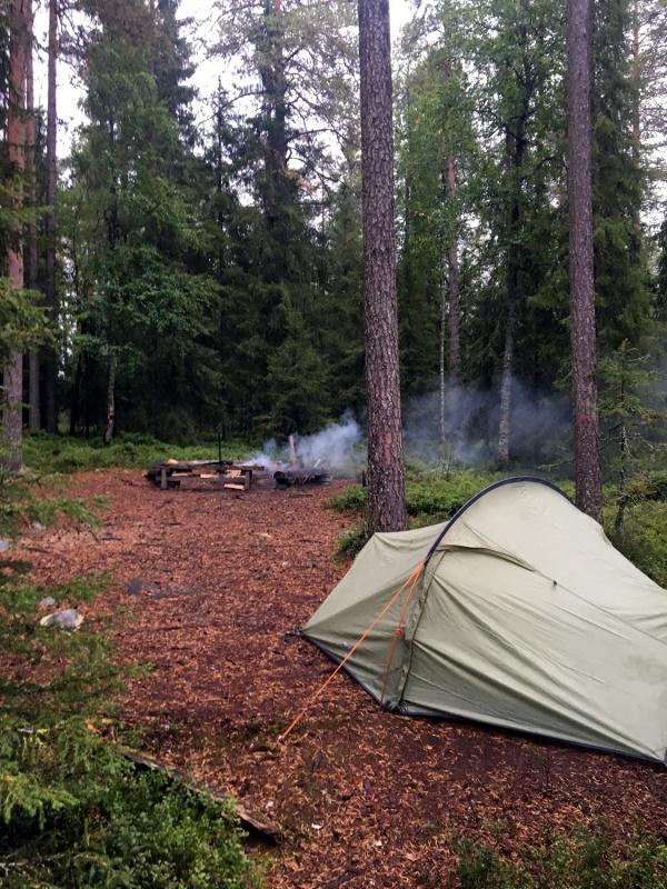 Ja visas guļvietas aizņemtas, tad jāmeklē puslīdz līdzena vieta teltij. Nav viegli, jo visapkārt saknes un akmeņu muguras. Vieglāk gulēt šūpuļtīklā. 291250