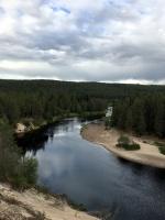 Oulankajoki smilšainie stāvkrasti brīžam atgādina Irbes upes laušanos aur kāpām, tik vien šeit tie ir reizes divas augstāki. 29