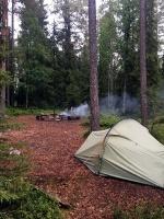 Ja visas guļvietas aizņemtas, tad jāmeklē puslīdz līdzena vieta teltij. Nav viegli, jo visapkārt saknes un akmeņu muguras. Vieglāk gulēt šūpuļtīklā. 33