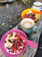 Brokastu putra ar riekstiem un svaigi lasītām meža ogām, labs rīta sākums 48