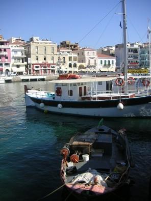 Līcī noenkurojušās laivas un jahtas. Daudzas piedāvā interesantus izbraucienus