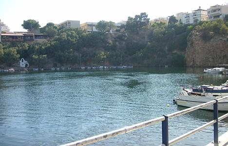 Pilsētas centrā klints pakājē atrodas mazs ezers. Ezera dziļums ir 64m