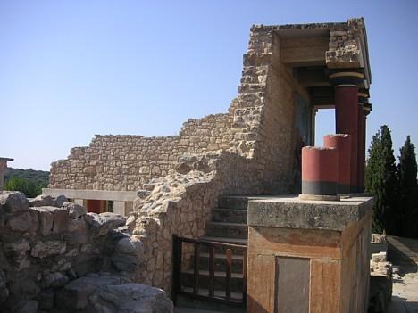 Pils ir apvīta dažādām leģendām. Viena no tām stāsta, ka zem pils ir slepeni labirinti, kur mitinājies Minotaurs