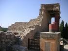 Pils ir apvīta dažādām leģendām. Viena no tām stāsta, ka zem pils ir slepeni labirinti, kur mitinājies Minotaurs 13