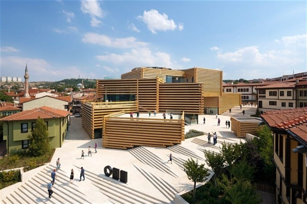 Turcijā atklāj jaunu muzeju, kas izskatās kā māksl