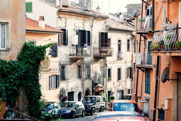 Itālijā izsolīs desmitiem vēst