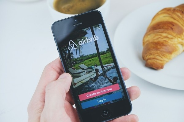 Airbnb maina rezervācijas poli