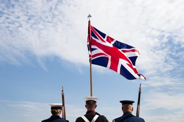 Lielbritānijā izsludina ārkārtējo stāvokli