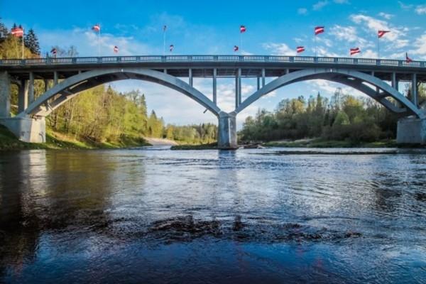 24. jūlijs vēsturē: Siguldā atklāj tiltu pār Gauju