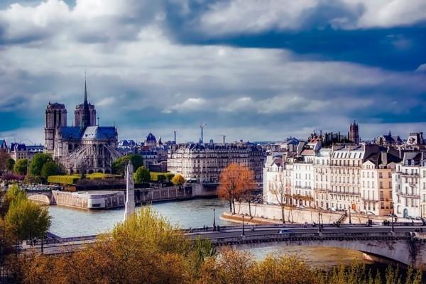 Ugunsgrēkā cietusī Parīzes Dievmātes katedrāle gat